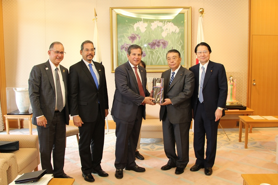 Panamanian National Assembly Members visit Speaker Oshima :Click on the picture to enlarge it.