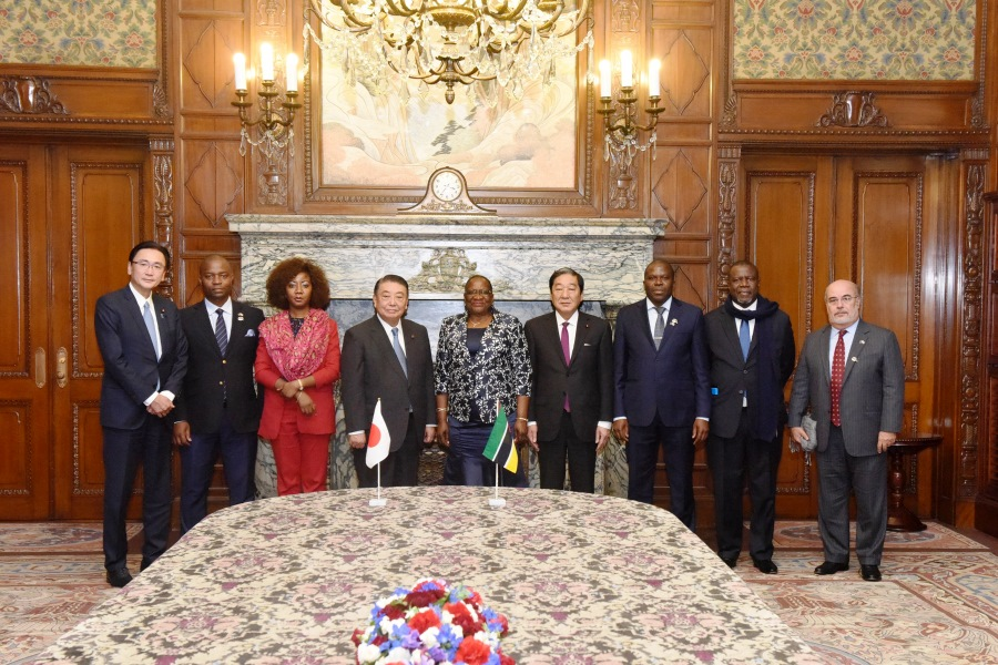 President of the Mozambican Assembly visits Speaker Oshima:Click on the picture to enlarge it.