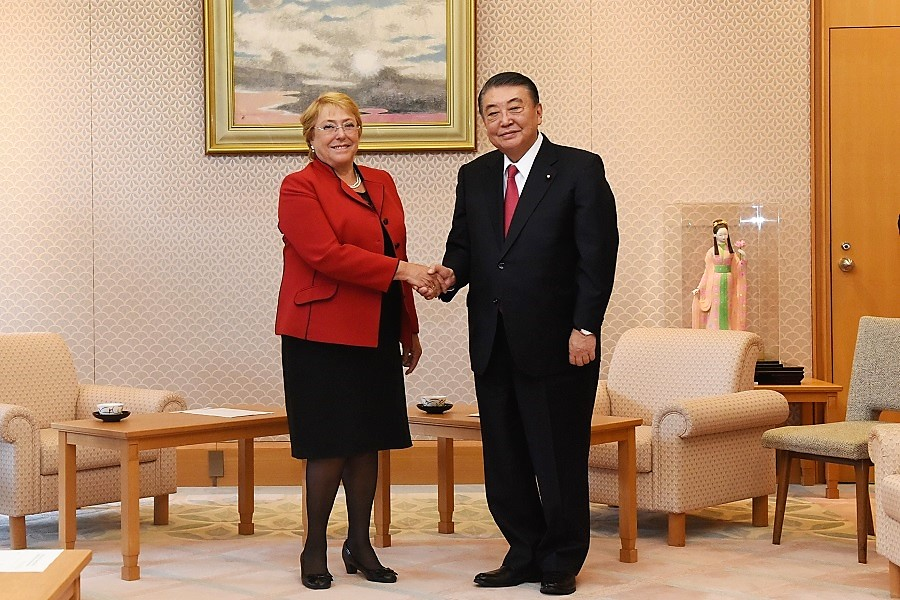 Chilean President visits Speaker Oshima:Click on the picture to enlarge it.